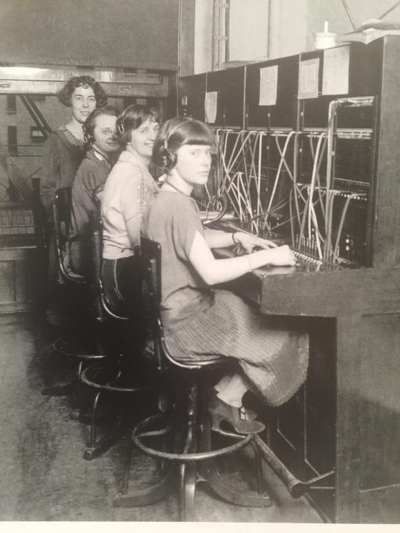 OREGONIAN SWITCHBOARD OPERATORS IN 1925